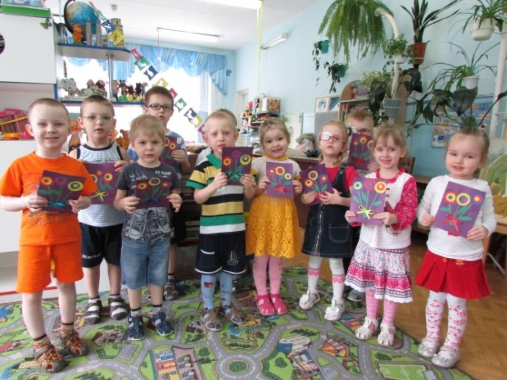 Изготовление поздравительной открытки к празднику 8 марта с детьми младшей группы