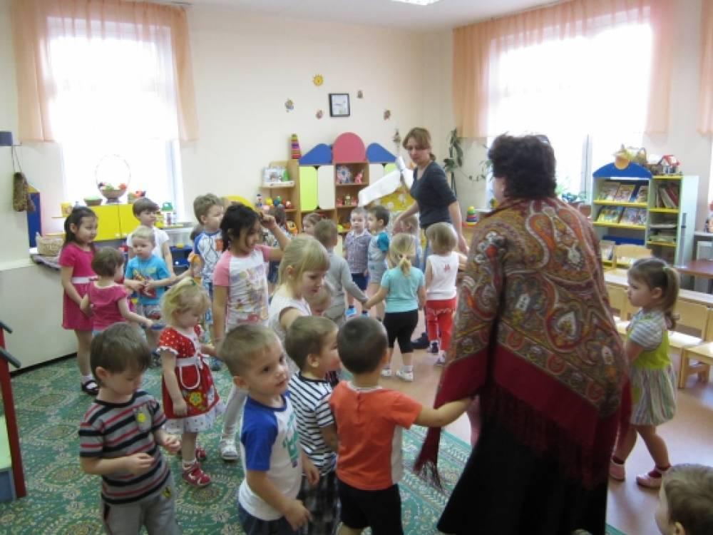 Театрализованное представление для малышей, подготовленное старшей группой «Масленица»