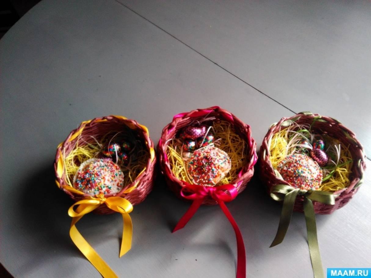 Плетение пасхальных корзинок из газетных трубочек.