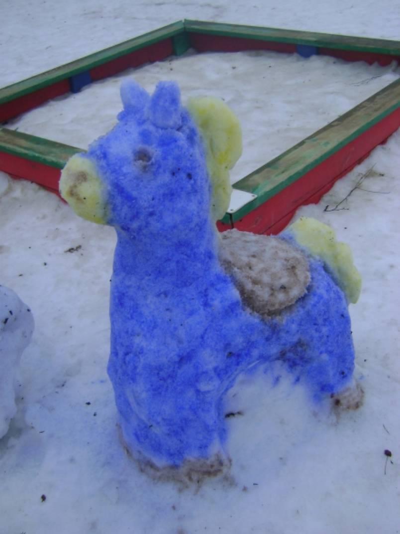 Скульптуры из снега на участке детского сада
