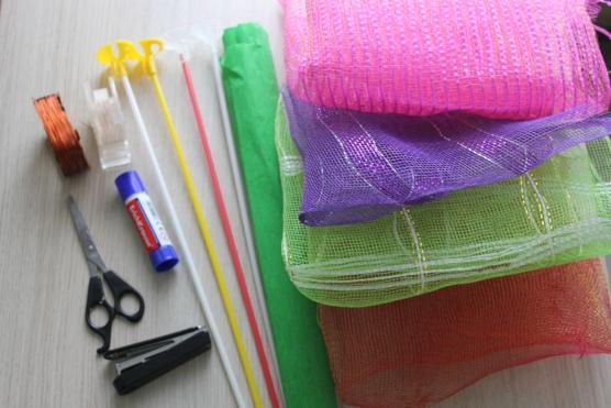 Поделки из упаковочной сетки для цветов 37