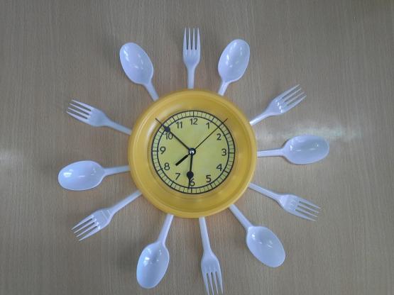 Часы из пластиковых ложек своими руками 39