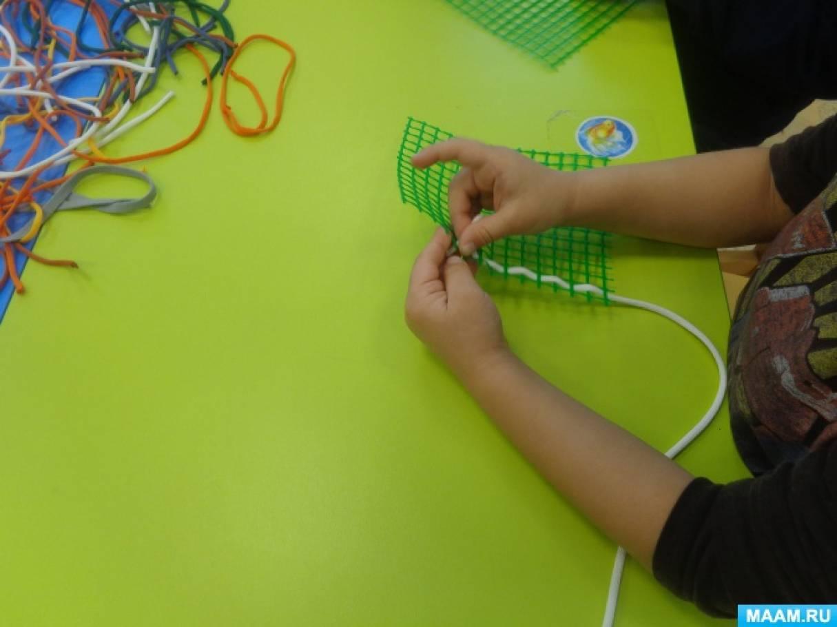 «Как Десятиручка помогла сплести коврики». Плетение из ленточек
