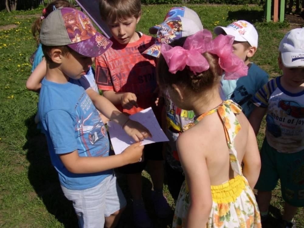 Интерактивная игра на участке детского сада «Разноцветные стёклышки»