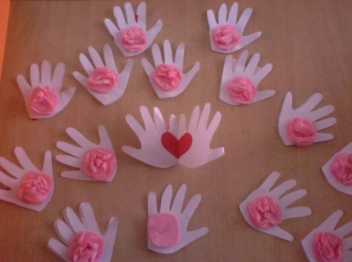Мастер-класс открытки ко Дню Матери «Подарок маме — сердечко в ладонях» для детей 3–4 лет