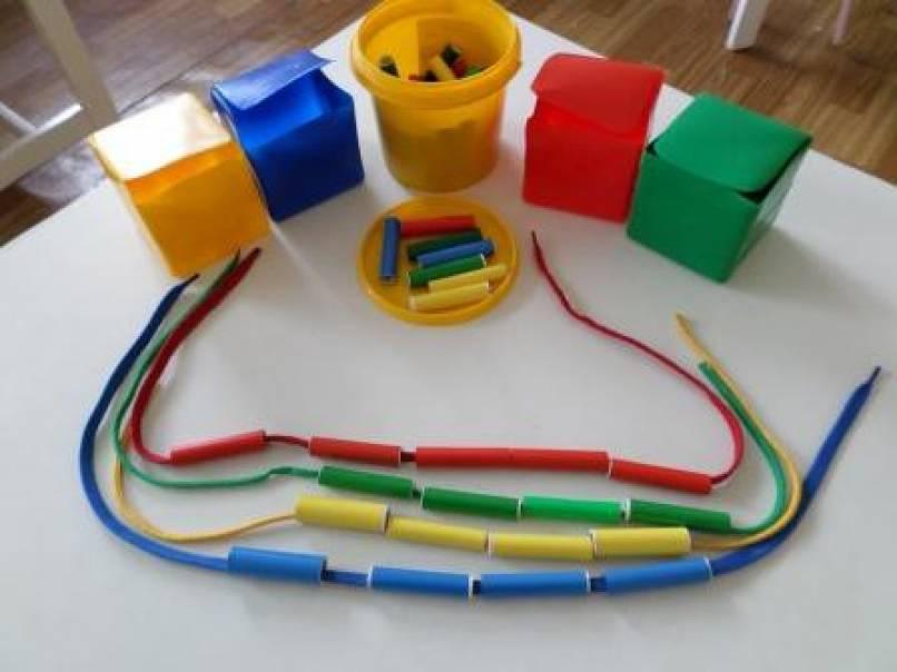 Дидактическое пособие «Цветные катушечки» для детей 2–3 лет