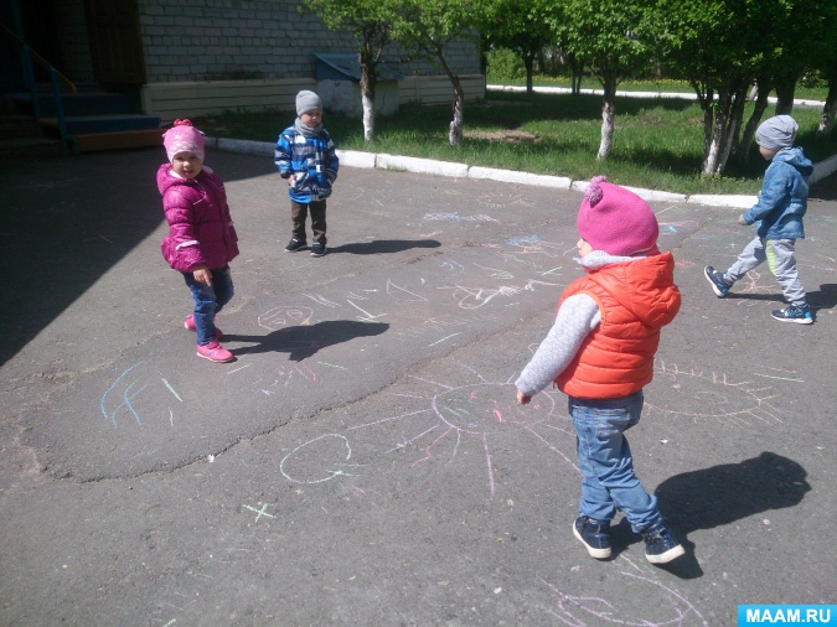 Рисование на прогулке цветными мелками в День защиты детей