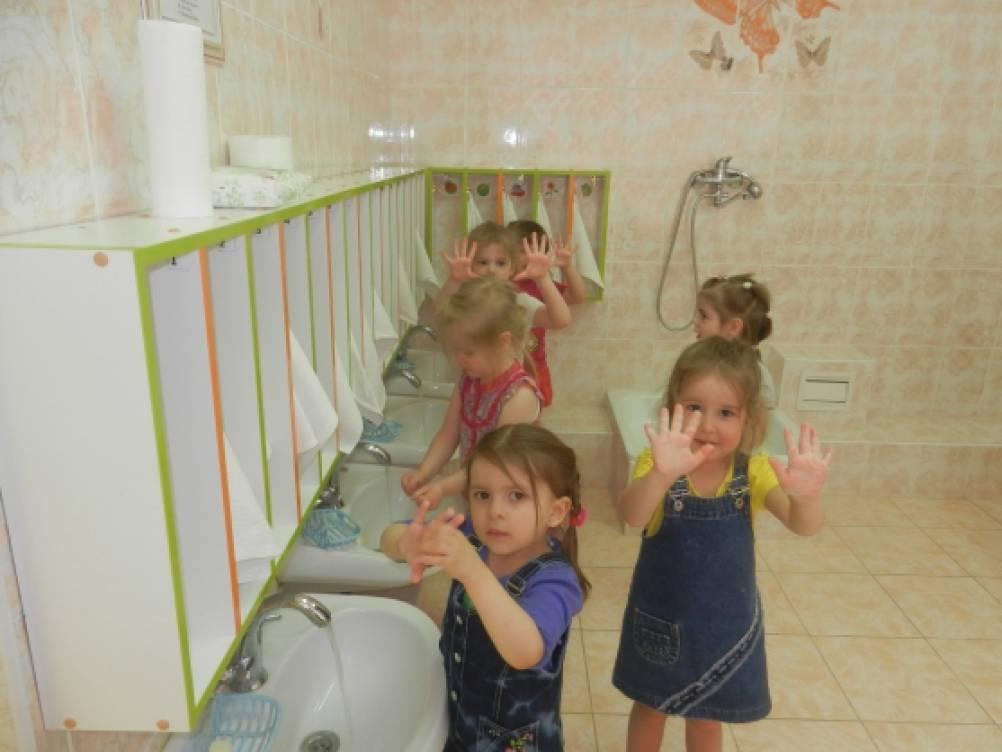 дети умываются в саду фото