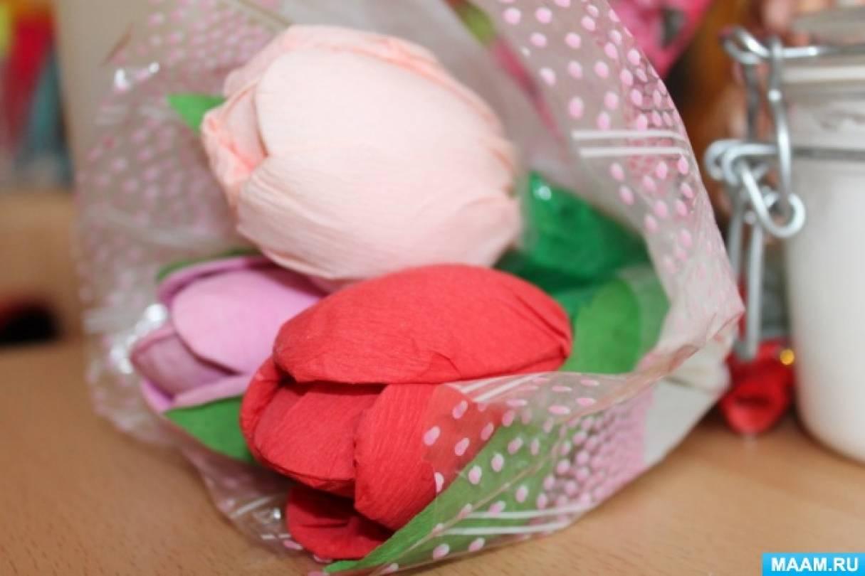 Тюльпаны из пластиковых ложек и гофрированной бумаги