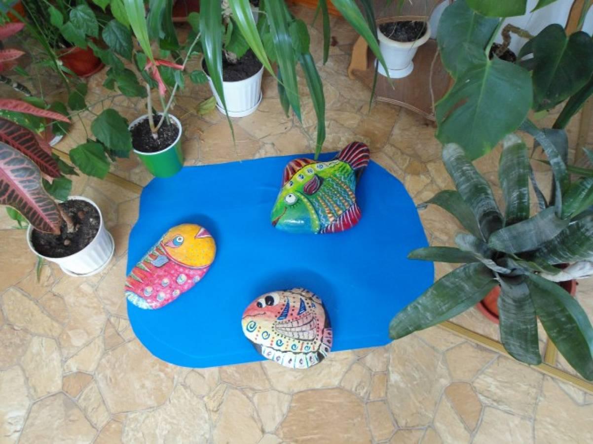 «Рыбки» — роспись по камню. Художественное оформление детского сада.