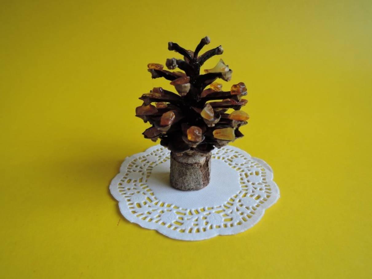 Мастер-класс по изготовлению янтарного деревца из сосновой шишки