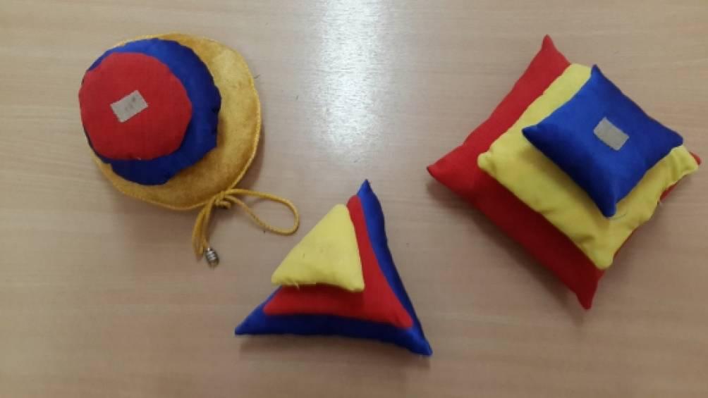 Дидактическая игра «Цветные пирамидки»