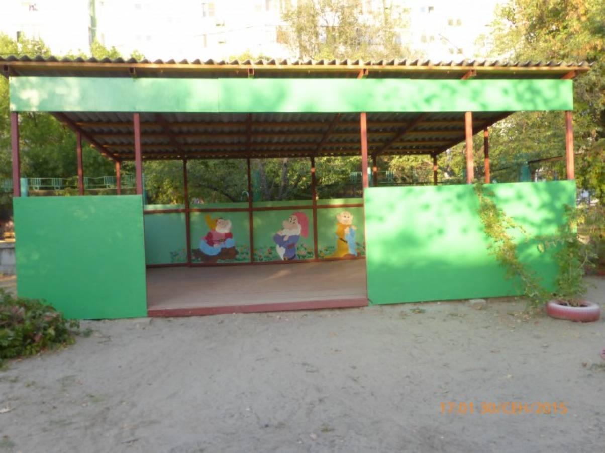Домик для ребят на участке детского сада