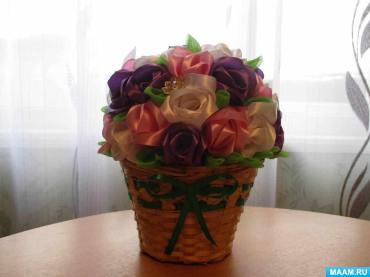 «Розы в подарок». Букет из атласных лент