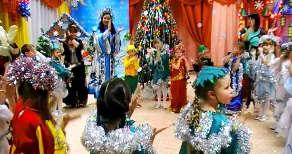 Гномики несут подарки в мешочках на новый год во вьетнаме