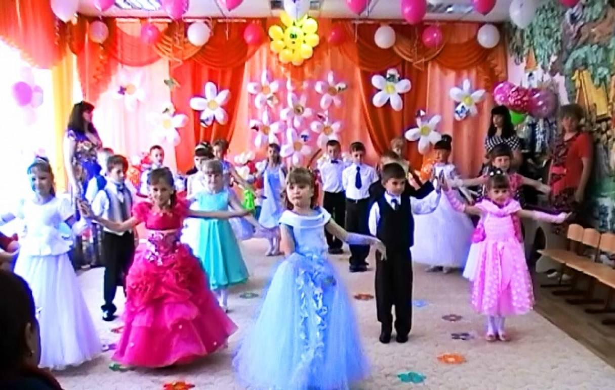 Торжественный выход детей и танец с цветочными дугами на выпускном празднике