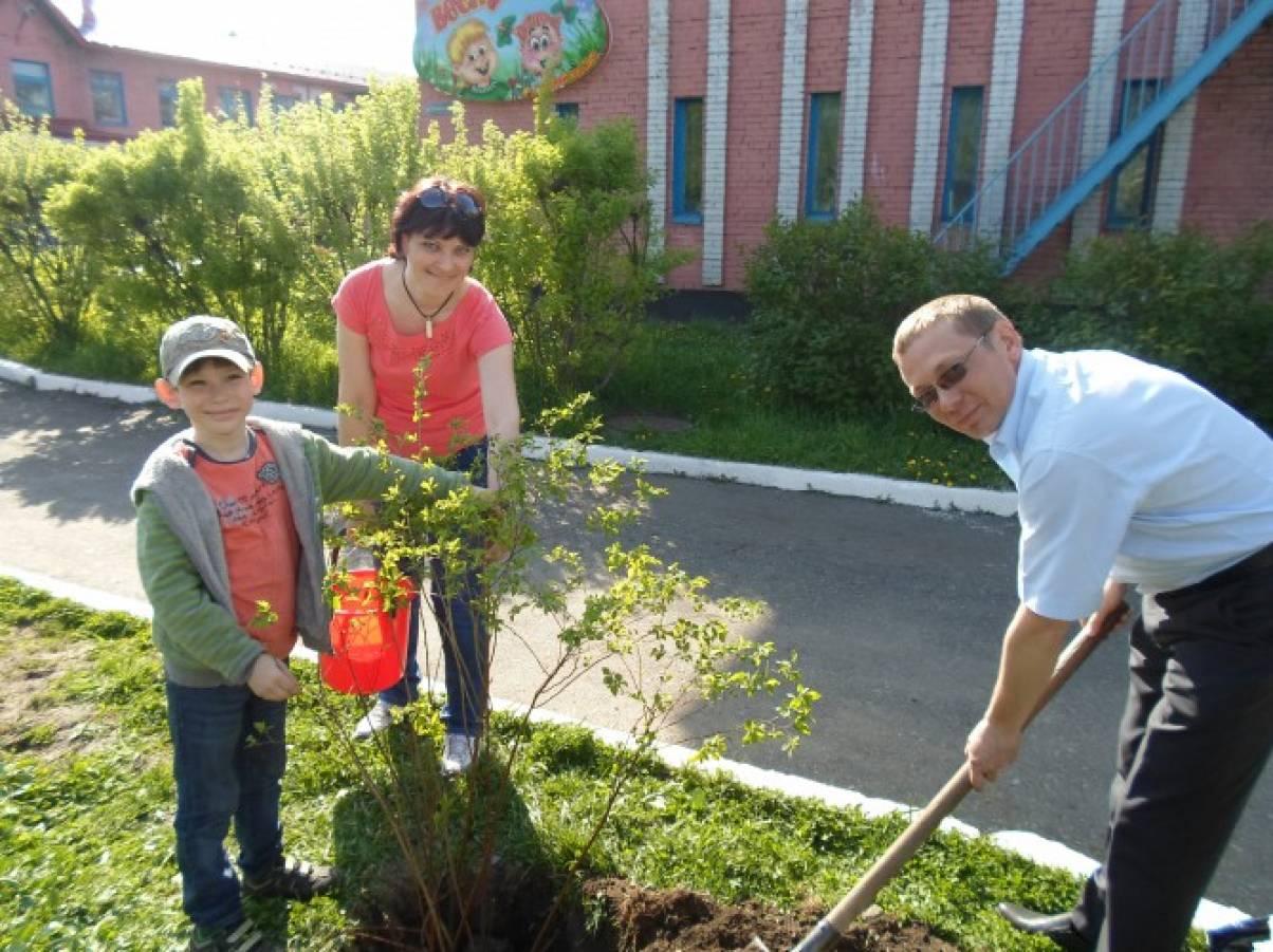 Акция «Посади дерево» — аллея выпускников в «Веснушках»