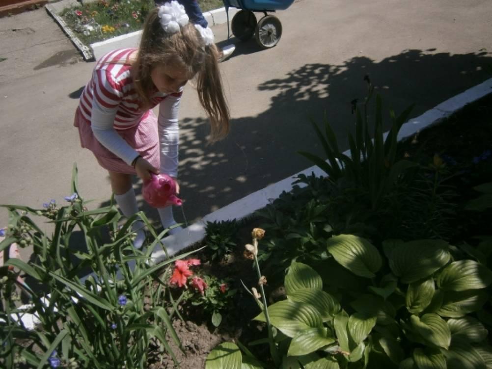дети работают в огороде