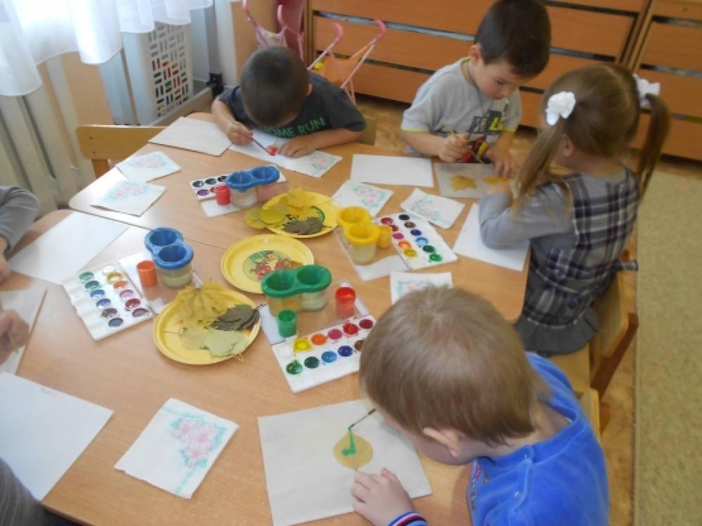 Рисуя, ребенок проявляет свое стремление к познанию окружающего мира, и по рисунку в определенной степени можно выяснить уровень этого познания.