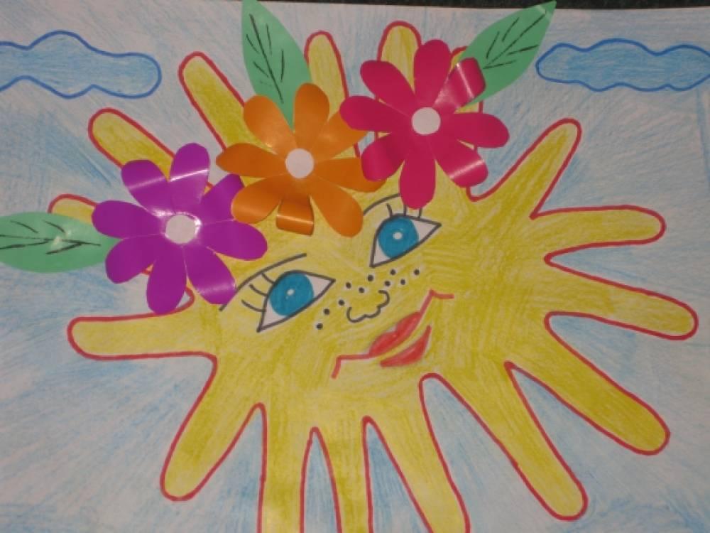 К Дню защиты детей. Рисунок «Солнышко» из детских ручек с аппликацией