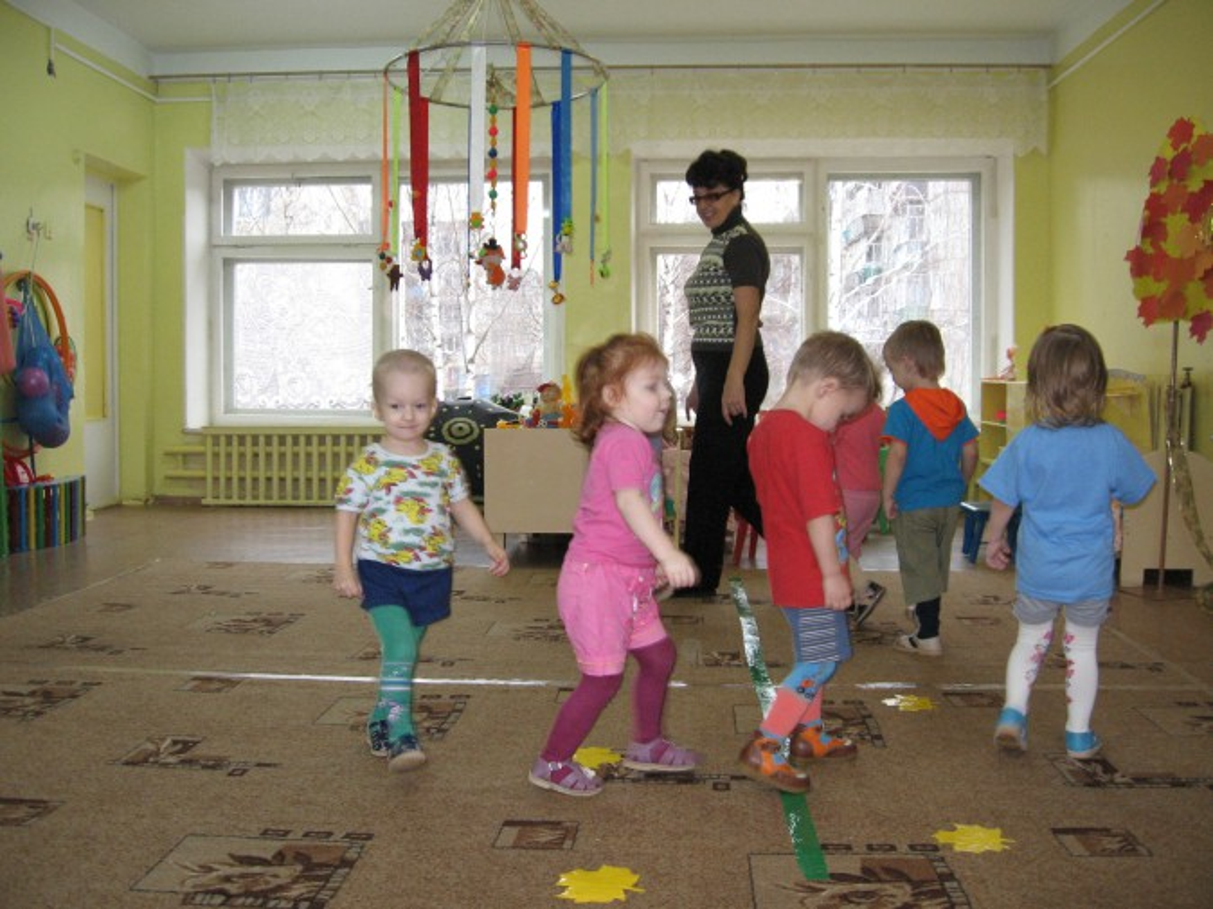 Конспект игрового занятия по физическому развитию детей группы раннего возраста «У нас в гостях неваляшка»