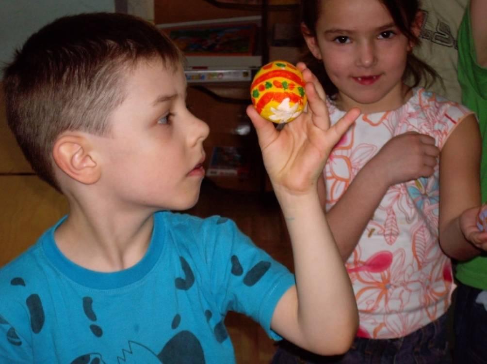 Изготовление и роспись Пасхальных яиц из папье-маше в подготовительной к школе группе