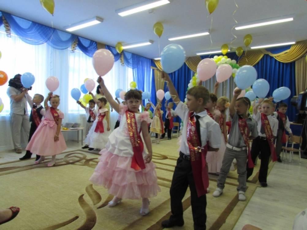 На улице дети исполняя танцевальную