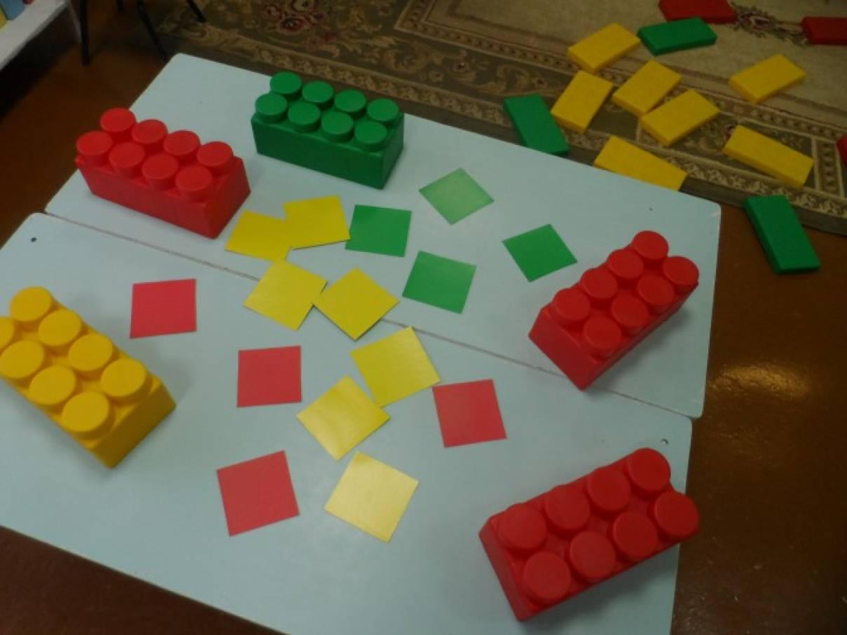 «Найди шапочку для кирпичика». Развивающая игра для детей первой младшей группы с использованием GIGABLOKS