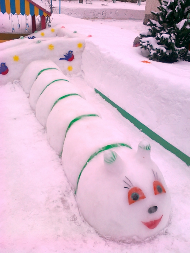 Он у джипа лежал снег откинув