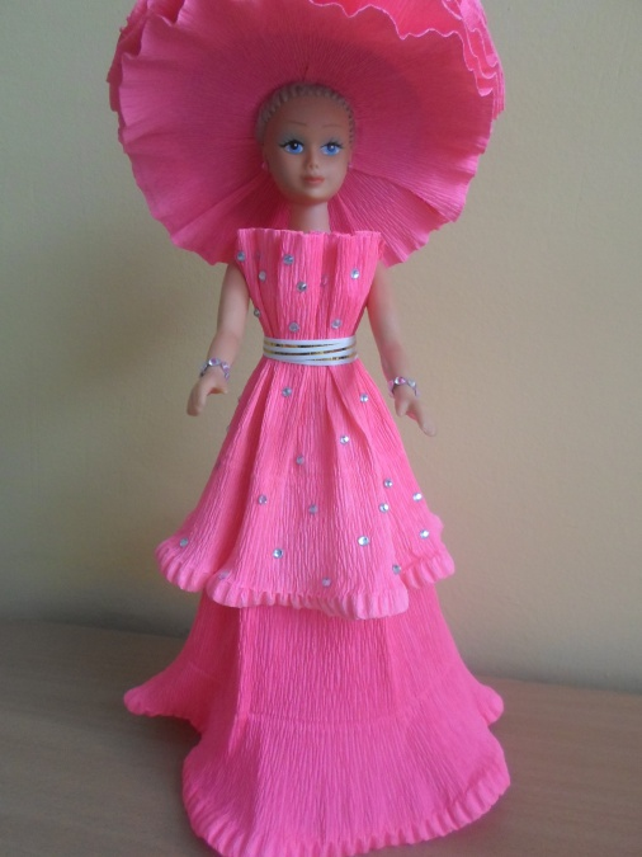 Из гофрированной бумаги платья девочкам