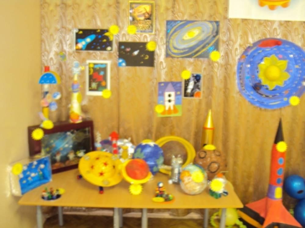 Выставка поделок ко Дню космонавтики