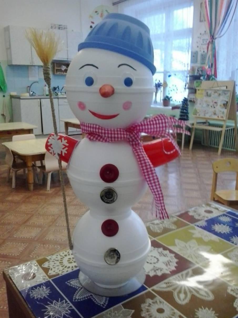 Снеговик из одноразовой посуды