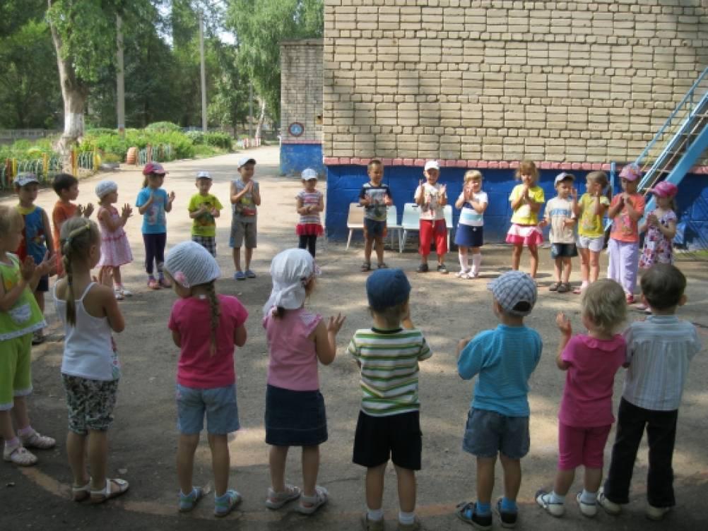 Дети на прогулке летом картинки