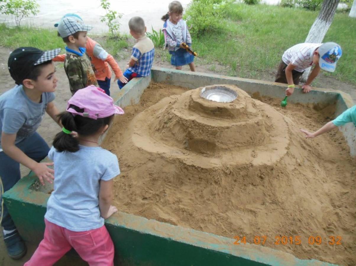 Постройки из песка в детском саду 25