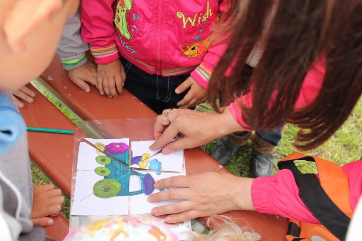 познакомить детей со свойствами ткани