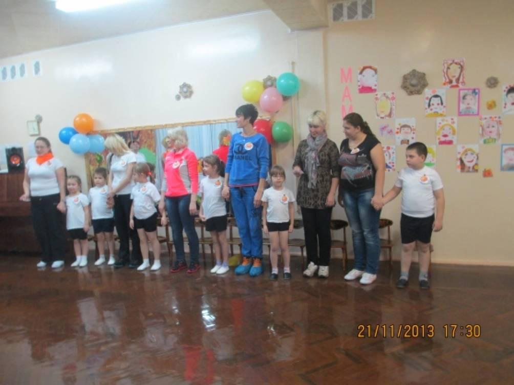 Совместное спортивное развлечение в подготовительной к школе группе к Дню матери «Мамы двухсерийные»