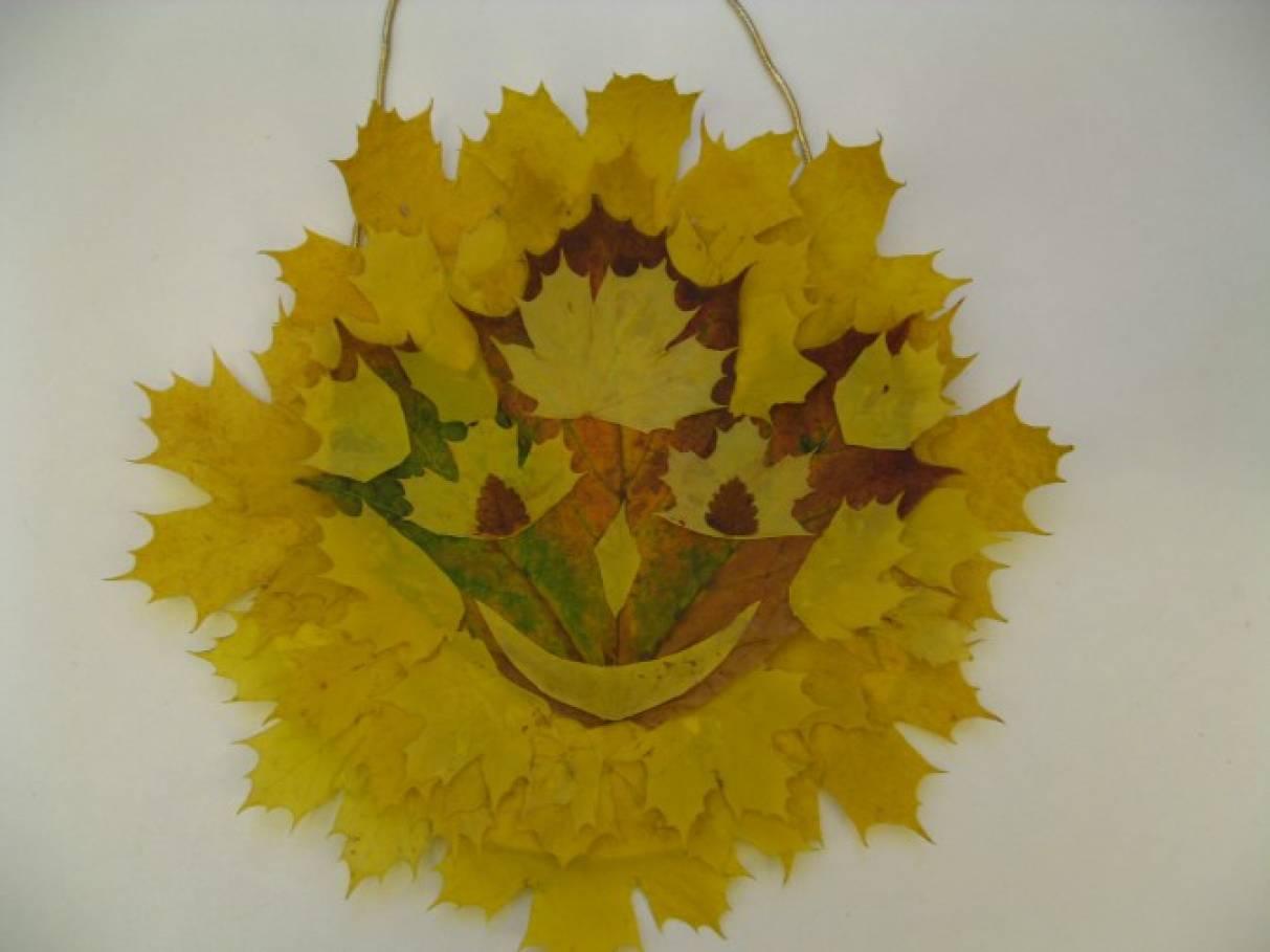 Панно из осенних листьев «Солнышко»