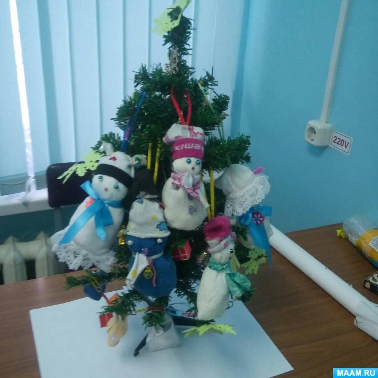 Мастер-класс «Новогодняя игрушка— снеговичок из носочка»