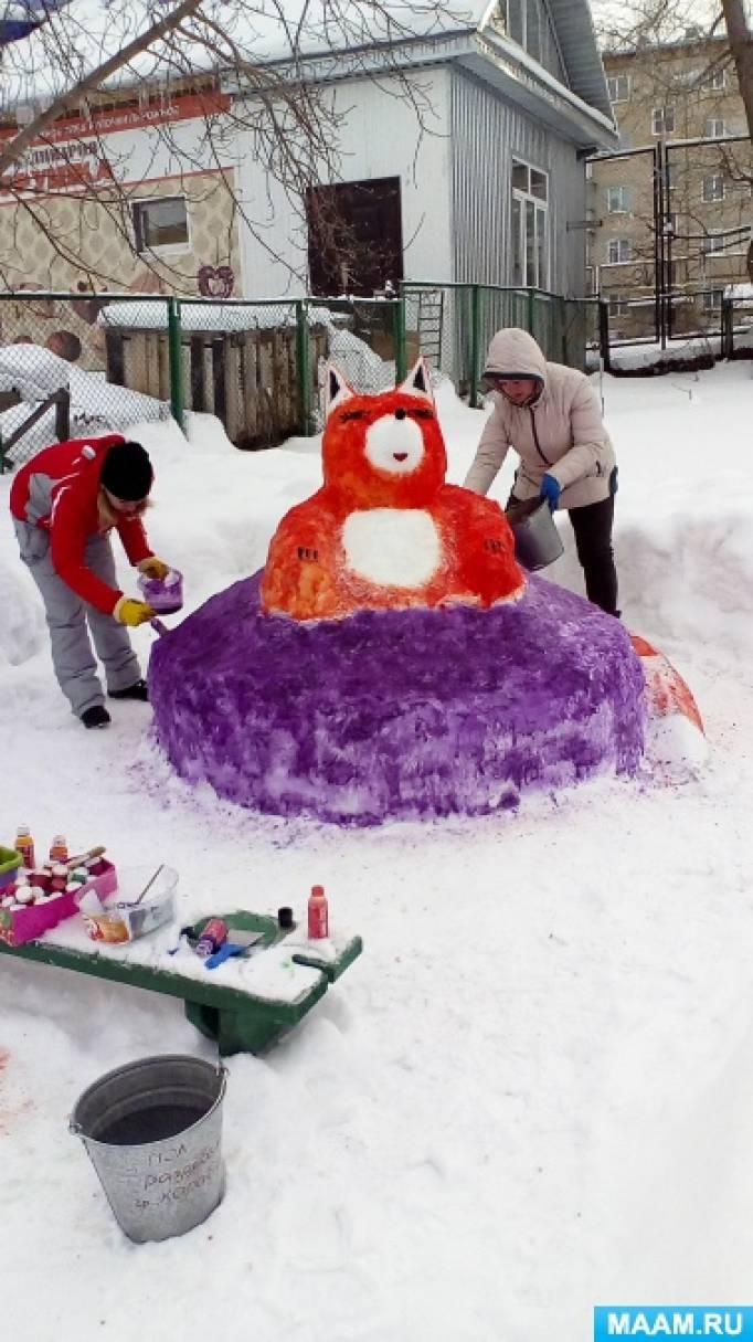 Постройки из снега на участке группы среднего дошкольного возраста