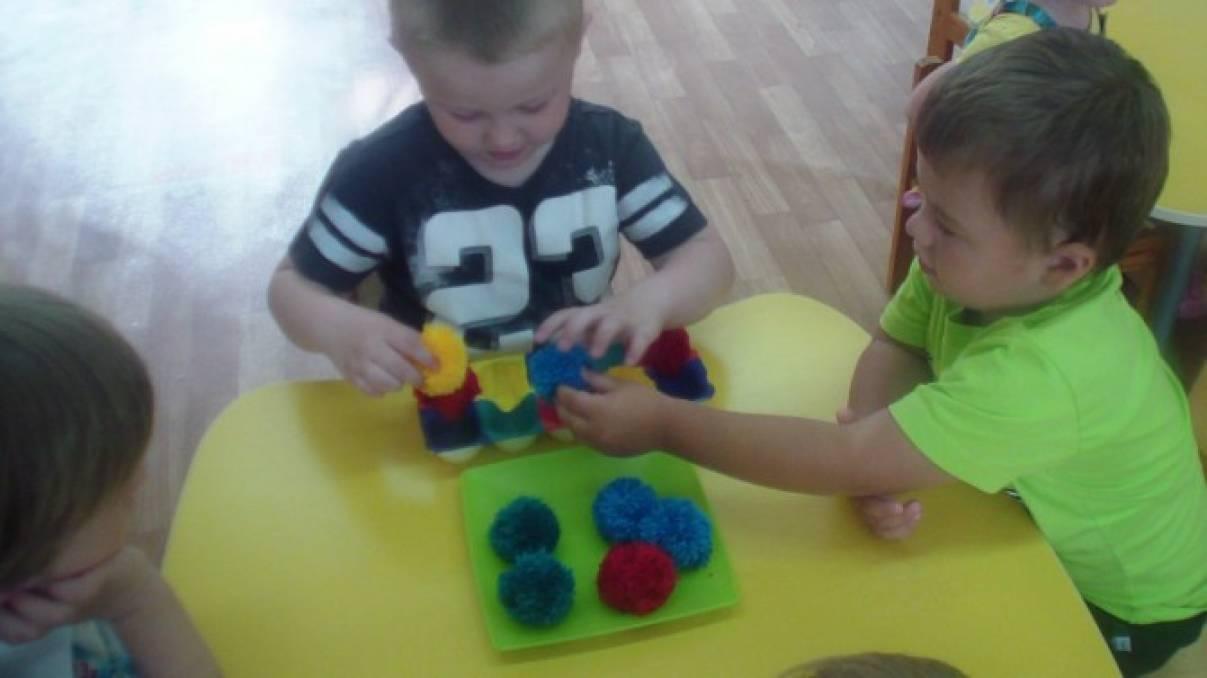 Дидактические игры «Разложи по цвету» и «Найди серединку для цветка»