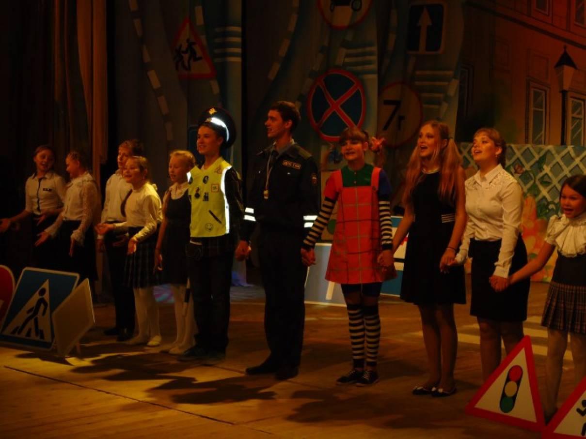 знакомство детей с театром в детском саду