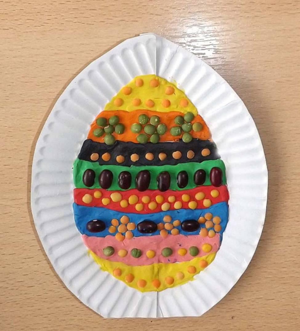 Пасхальное яйцо. Поделка из картонной тарелки, пластилина, зёрен чечевицы и фасоли