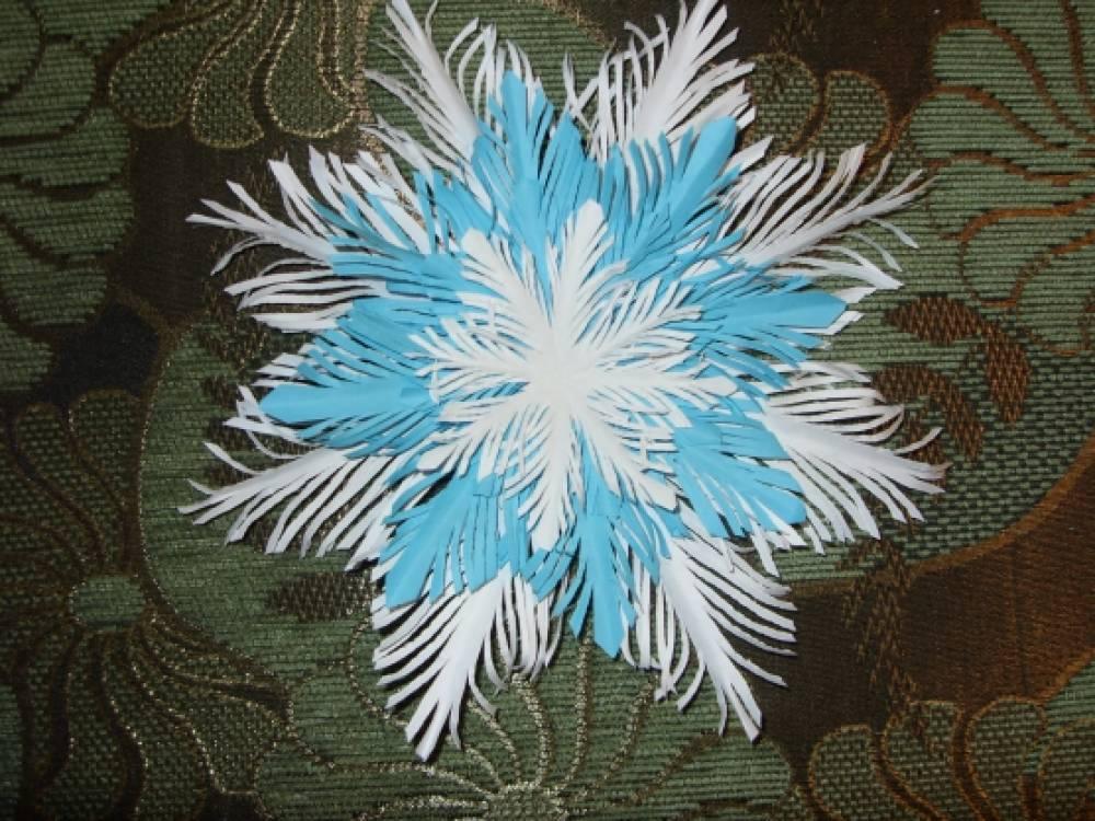 Снежинки из цветной бумаги