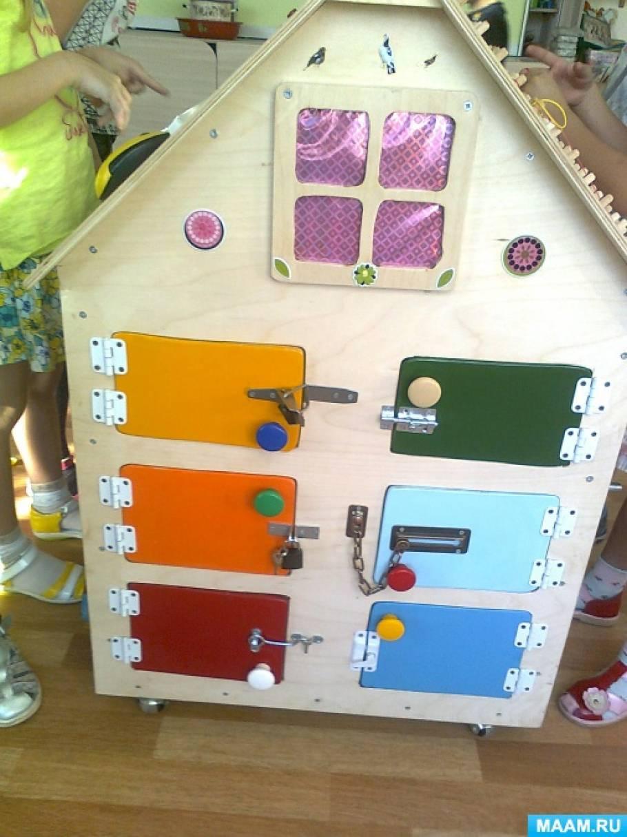 Бизиборд в виде деревянного домика