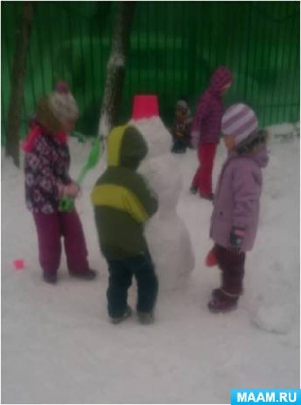 Снежные постройки на участке детского сада