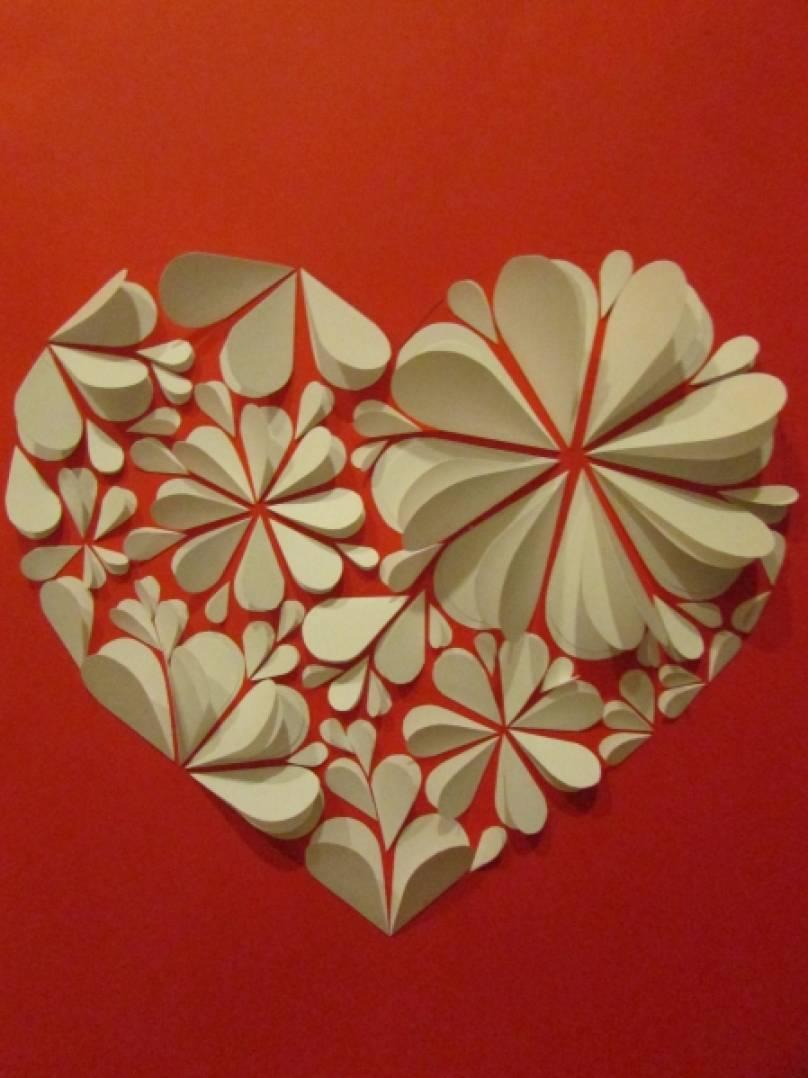 Открытка из бумажных сердечек