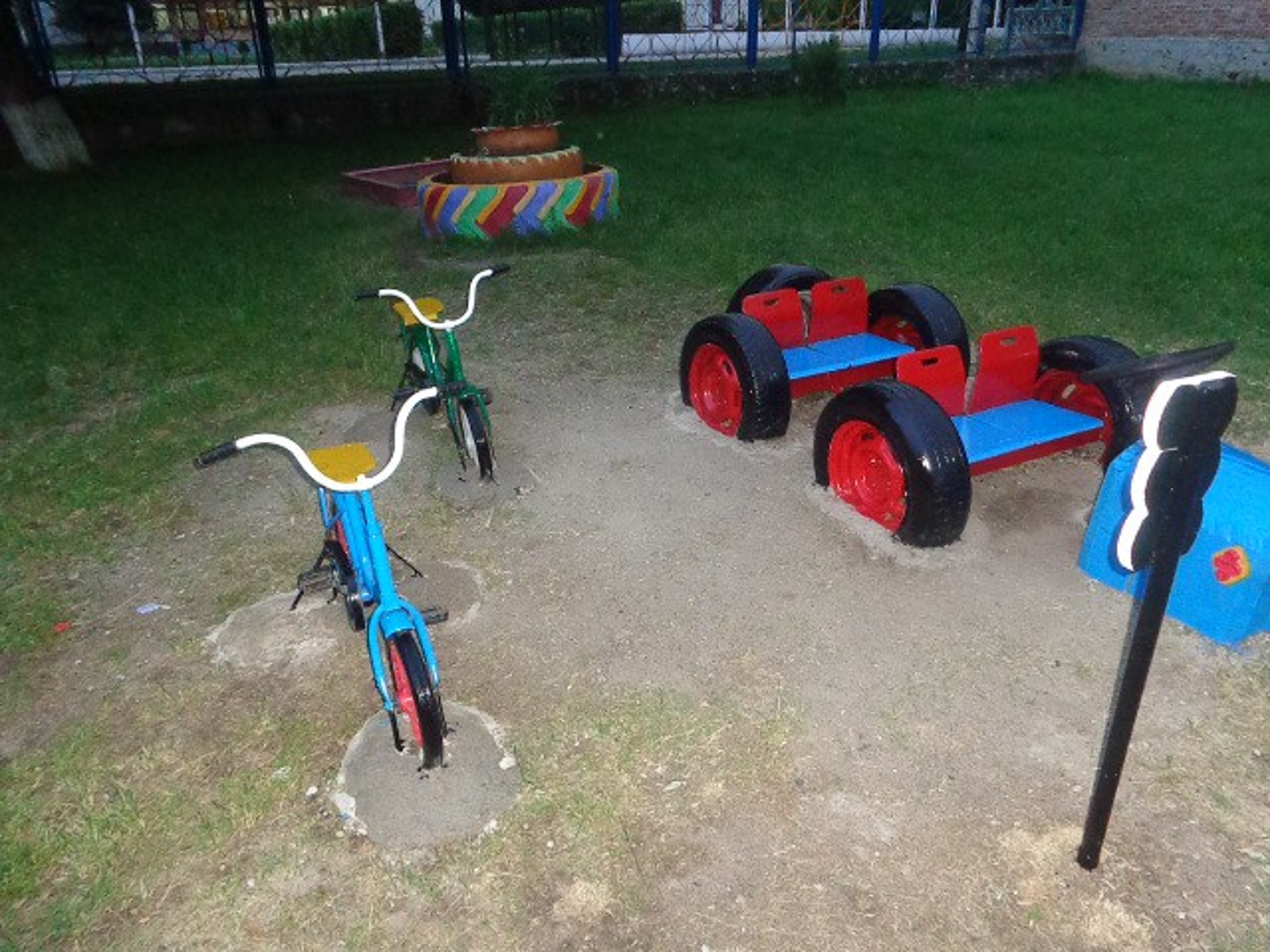 Проект по благоустройству территории участка группы «Дети на дорогах» — фотоотчет