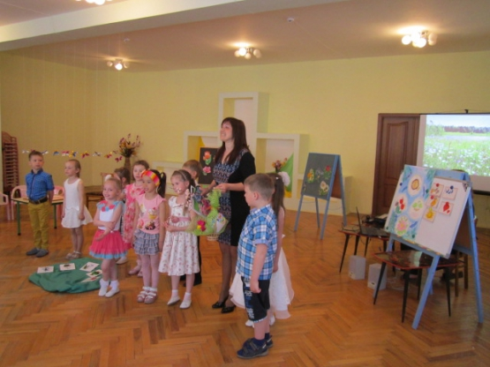 Непосредственно образовательная деятельность в старшей группе «Весна луга наряжает, лето в гости поджидает!»