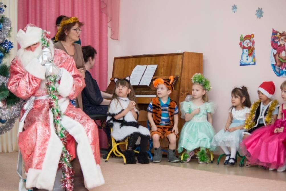 «Новогодний утренник в средней группе» расширение представления детей о традициях празднования Нового года