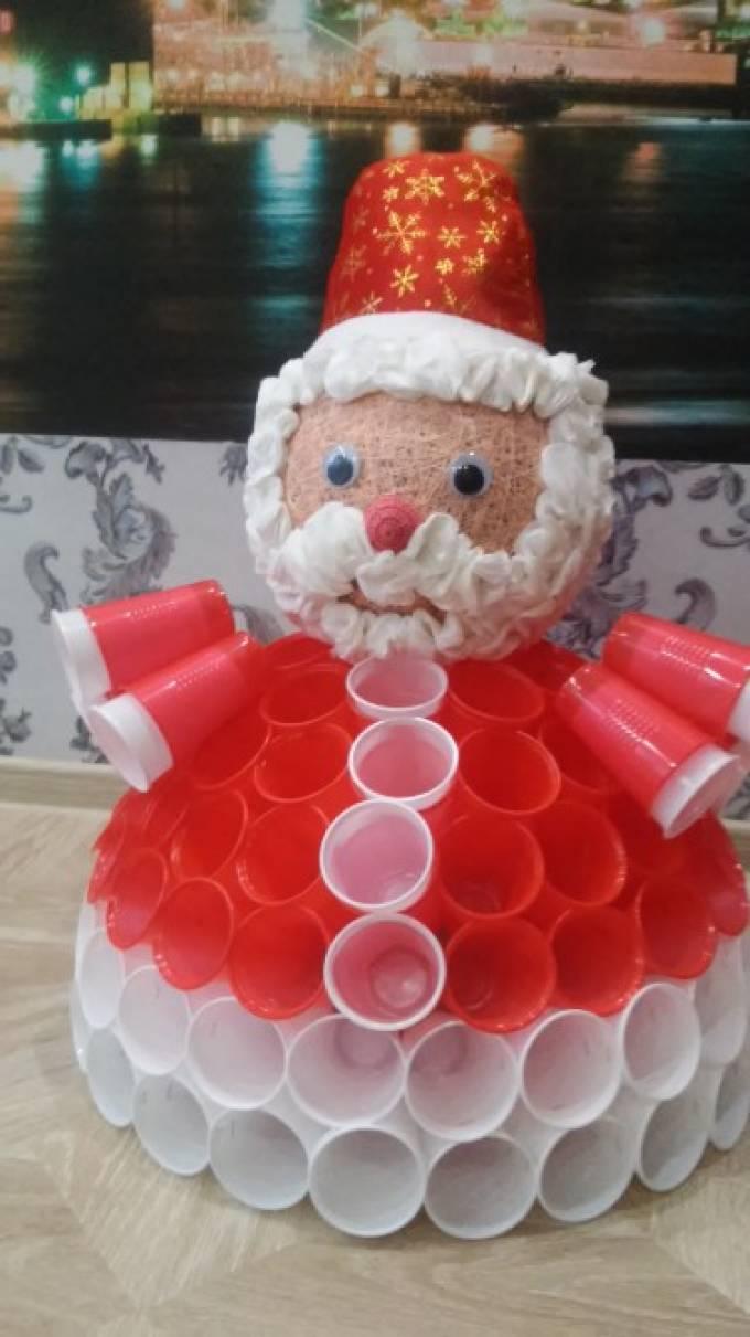 Новогодние поделки своими руками из пластиковых стаканчиков